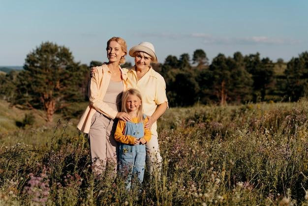 Volledig geschoten gelukkige familie in de natuur Gratis Foto