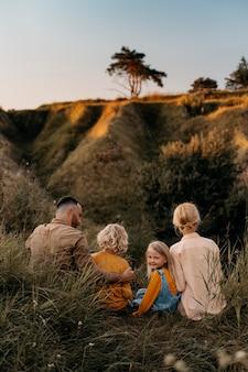 Volledig geschoten gelukkige familie in de natuur