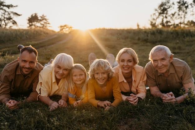 Volledig geschoten gelukkige familie op gras