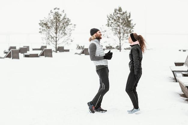 Volledig geschoten gelukkige mensen in sneeuw