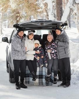 Volledig geschoten gezin dat samen poseert
