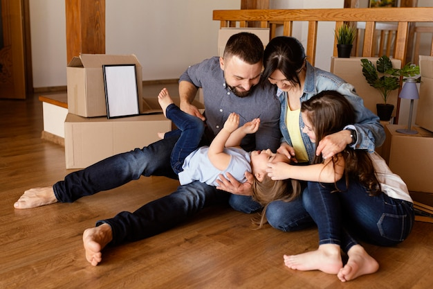 Volledig geschoten gezin dat samen speelt
