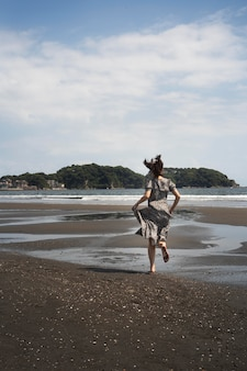 Volledig geschoten japanse vrouw aan het rennen