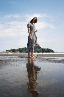 Volledig geschoten japanse vrouw buitenshuis