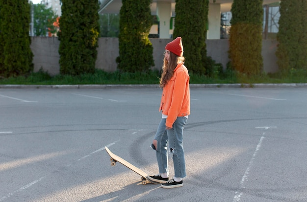 Volledig geschoten jong meisje met schaats in openlucht