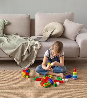 Volledig geschoten kind dat op vloer speelt