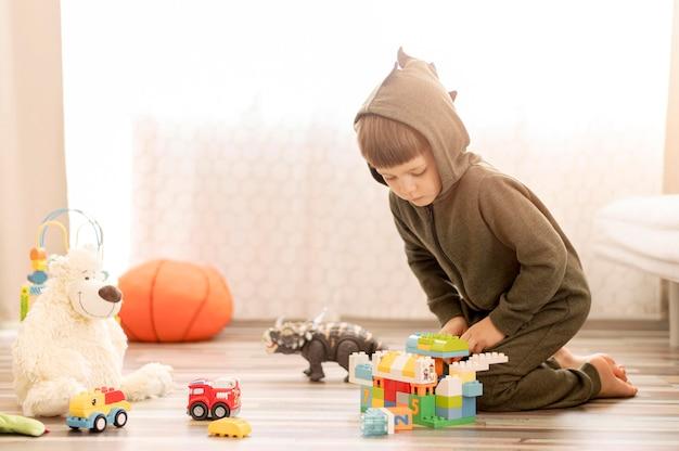 Volledig geschoten kind in kostuum spelen
