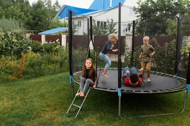 Volledig geschoten kinderen die op trampoline springen