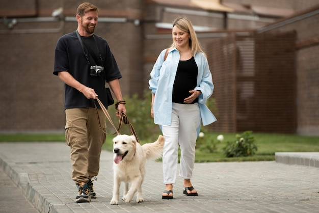 Volledig geschoten koppel wandelend met hond