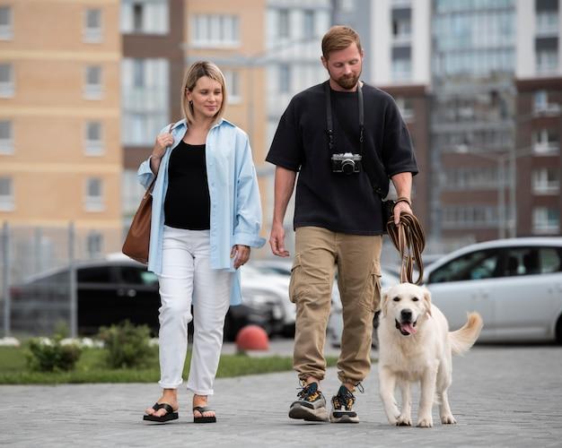 Volledig geschoten koppel wandelende hond