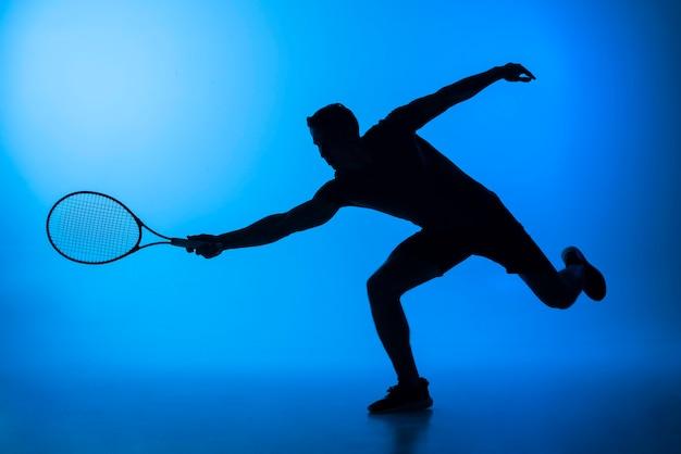 Volledig geschoten man aan het tennissen