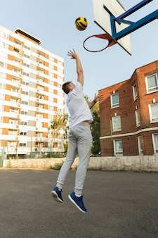 Volledig geschoten man die basketbal speelt