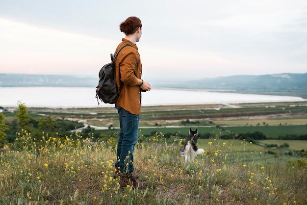 Volledig geschoten man die met hond reist