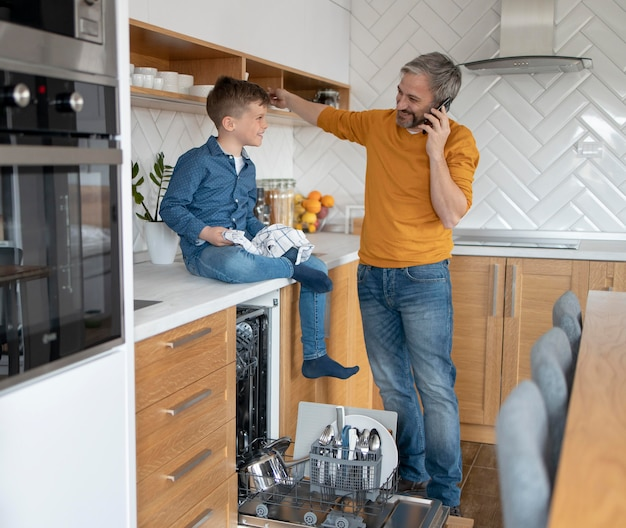 Volledig geschoten man en kind in de keuken