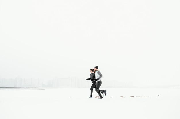 Volledig geschoten man en vrouw die samen rennen