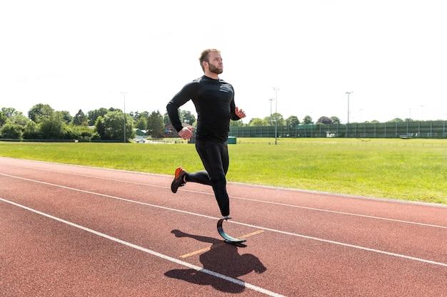 Volledig geschoten man met prothese aan het rennen