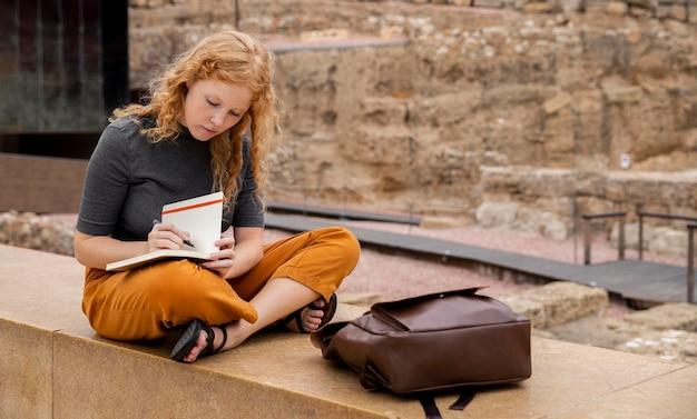 Volledig geschoten meisje dat in dagboek schrijft