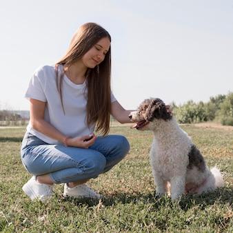 Volledig geschoten meisje met schattige hond