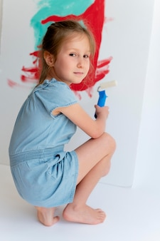Volledig geschoten meisje schilderen op canvas