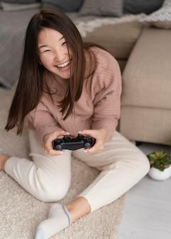 Volledig geschoten meisje speelspel met controller