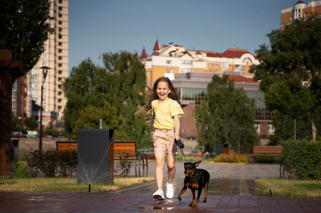 Volledig geschoten meisje wandelende hond