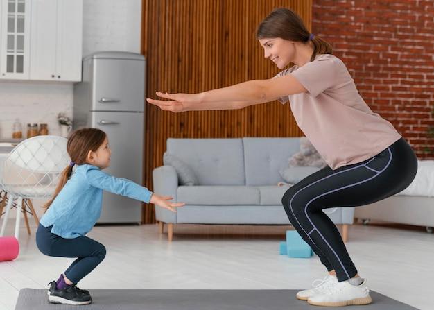 Volledig geschoten moeder en kind oefenen