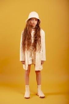 Volledig geschoten mooi meisje poseren met hoed