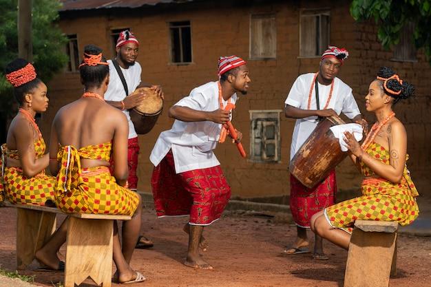Volledig geschoten nigeriaanse mensen die buiten vieren