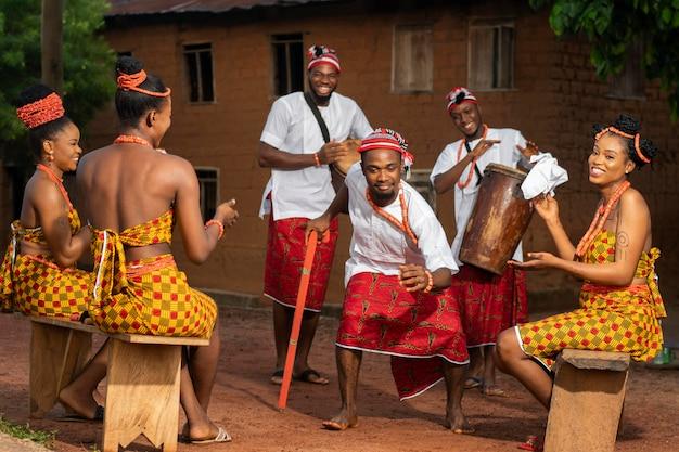 Volledig geschoten nigeriaanse mensen die samen vieren