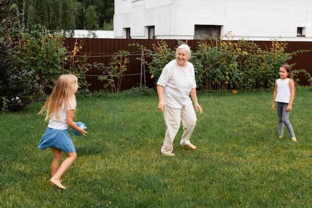 Volledig geschoten oma die met kinderen speelt