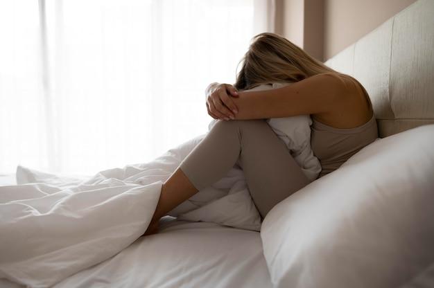 Volledig geschoten ongelukkige vrouw in bed
