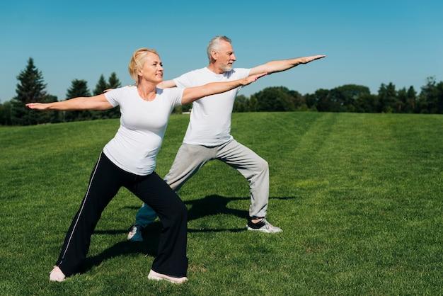 Volledig geschoten oude mensen buitenshuis oefenen
