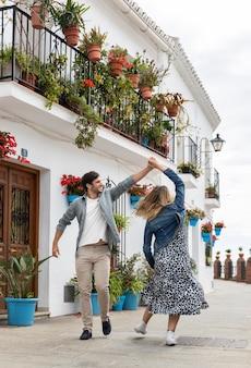 Volledig geschoten paar dat op straat danst