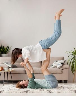 Volledig geschoten paar dat samen yoga beoefent