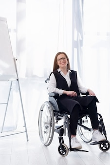 Volledig geschoten smiley vrouw in rolstoel