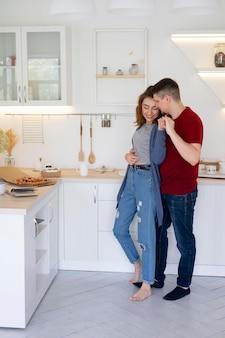 Volledig geschoten smileypaar in keuken
