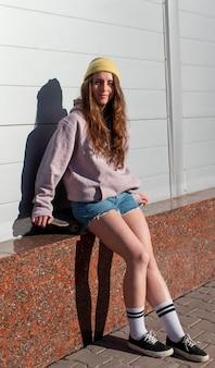 Volledig geschoten tienermeisje buiten zitten