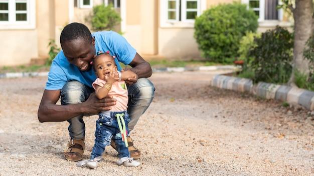 Volledig geschoten vader en klein kind