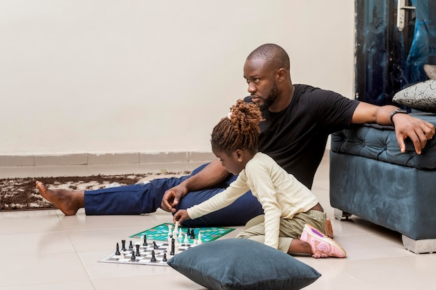 Volledig geschoten vader en meisje op vloer