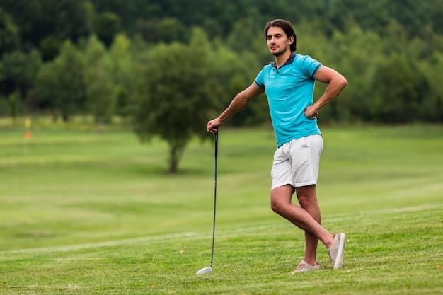 Volledig geschoten volwassen golfspeler in de aard