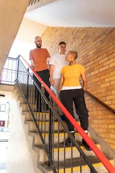 Volledig geschoten vrienden die op trappen staan