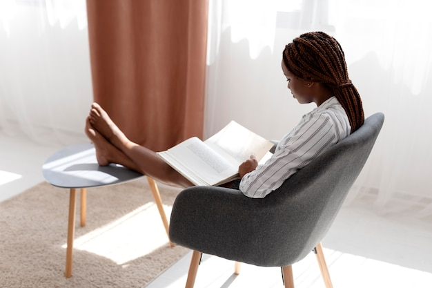 Volledig geschoten vrouw aan het lezen