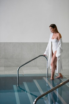 Volledig geschoten vrouw bij zwembad binnen