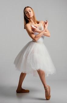 Volledig geschoten vrouw die ballet uitvoert