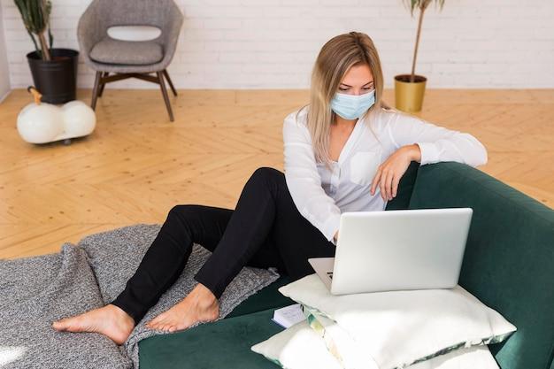 Volledig geschoten vrouw die met laptop werkt