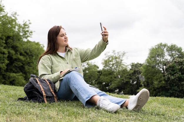 Volledig geschoten vrouw die selfie neemt