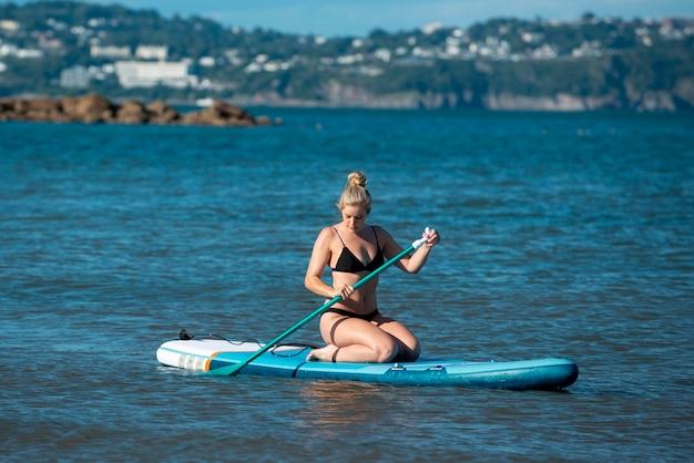 Volledig geschoten vrouw die watersport doet