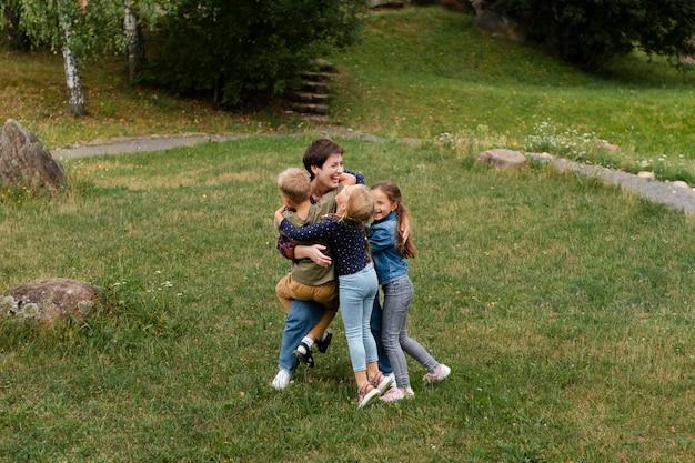 Volledig geschoten vrouw en kinderen knuffelen