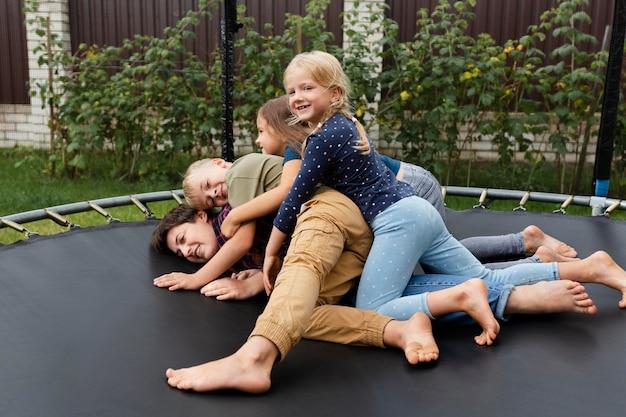 Volledig geschoten vrouw en kinderen op trampoline