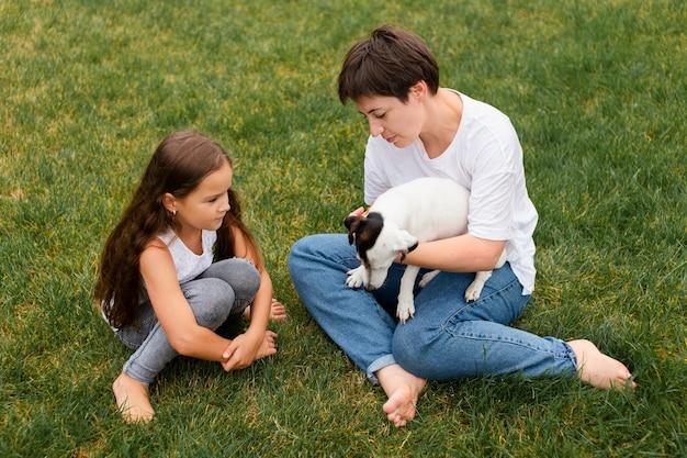 Volledig geschoten vrouw en meisje met hond Premium Foto